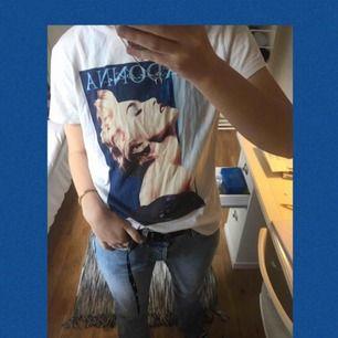 En väldigt snygg t-shirt från hm med Madonna-tryck. I bra skick utan fläckar eller skador. Inköpspriset var 199 kr och jag säljer den för 70 kronor inklusive frakt!⭐️