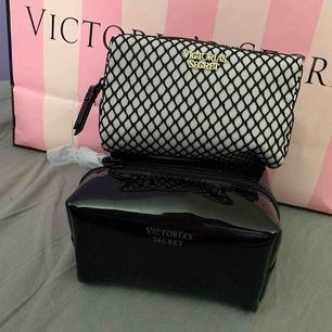 Två små smink väskor från Victoria secret helt oanvända. Skriv för mer bilder & frågor. Båda för 150kr