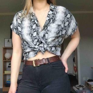 Mjuk skjorta med korta ärmar, ormmönster.