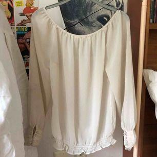 Genomskinlig tröja som är jättefin att ha över eller under kläder. Kunden står för frakten men jag kan mötas upp.