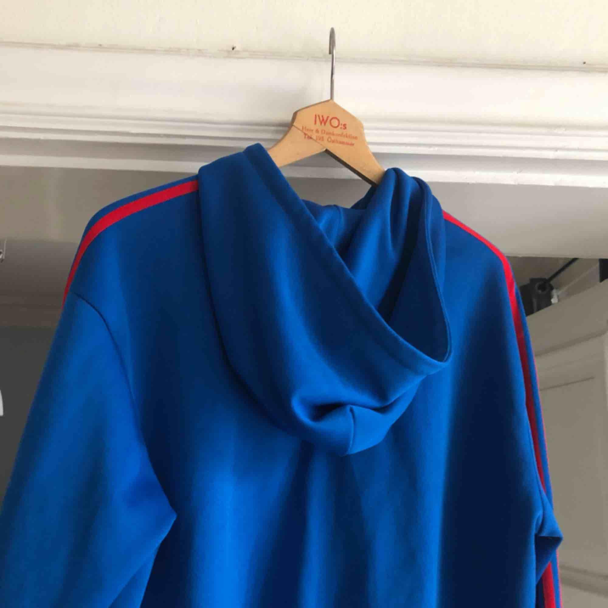 Hoodie från adidas i trevligt skick. Large. Kan hämtas i Uppsala eller skickas mot fraktkostnad . Huvtröjor & Träningströjor.
