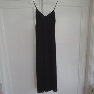 Balklänning från Zara. Svart med spetsdetaljer vid bröstet. Slits vis benet. Betalning via swisha frakt 18 kr