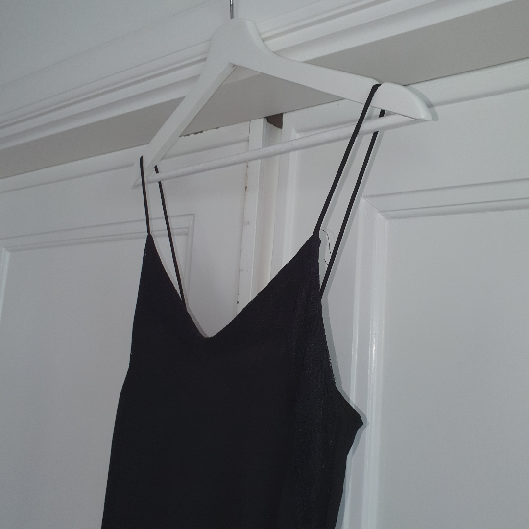 Balklänning från Zara. Svart med spetsdetaljer vid bröstet. Slits vis benet. Betalning via swisha frakt 18 kr. Klänningar.