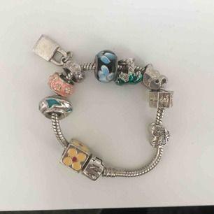 Armband från Pandora fick i present för några år sen. Aldrig använt. Kostar ca. 950 kr om inte mer i nypris. Den är silverstämplad.