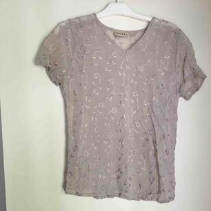 Vringad Silvrig mesh blommig tshirt, passar xs-m.  Säljer pga använder inte längre, frakt tillkommer🌸