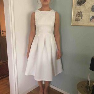 Vit klänning från hm oanvänd. Är mer som en 36.