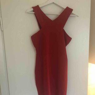 Klarröd, figurnära klänning i stretchigt material, passar fest & vardag. Aldrig använd, mycket gott skick. Slutar på mitten av låren på mig, är 177 cm lång. Hämtas i solna/sthlm. Ev frakt står köparen för 🌻🌟