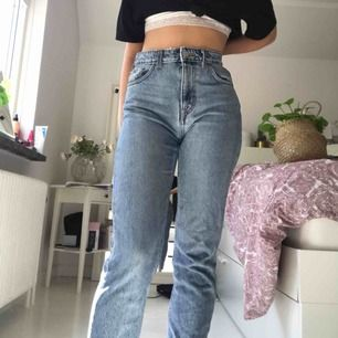 Weekday jeans i modellen Seattle. Skulle mer säga att dem är 26/30. Eftersom dem inte är så kort och större än 25 brukar vara. Har ett litet hål som går lätt att sy för