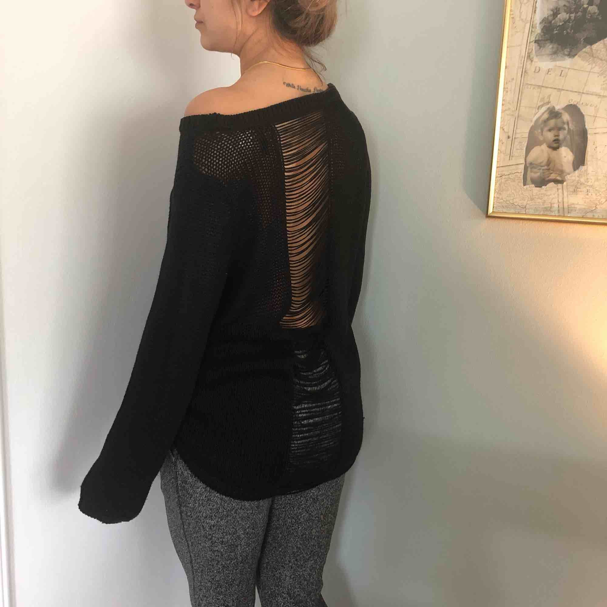 Svart stickad tröja från hm med detaljer i ryggen. Stickat.
