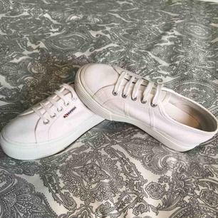 Ett par nästan helt oanvända Superga platå skor i vit, anledning av säljning är att de är för små nu. Frakt kommer läggas till. Ord pris 700kr