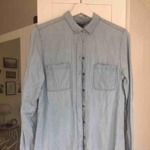 Ljusblå tunn jeansskjorta från Lindex. Hämtas i Malmö alternativt står köparen för frakt.