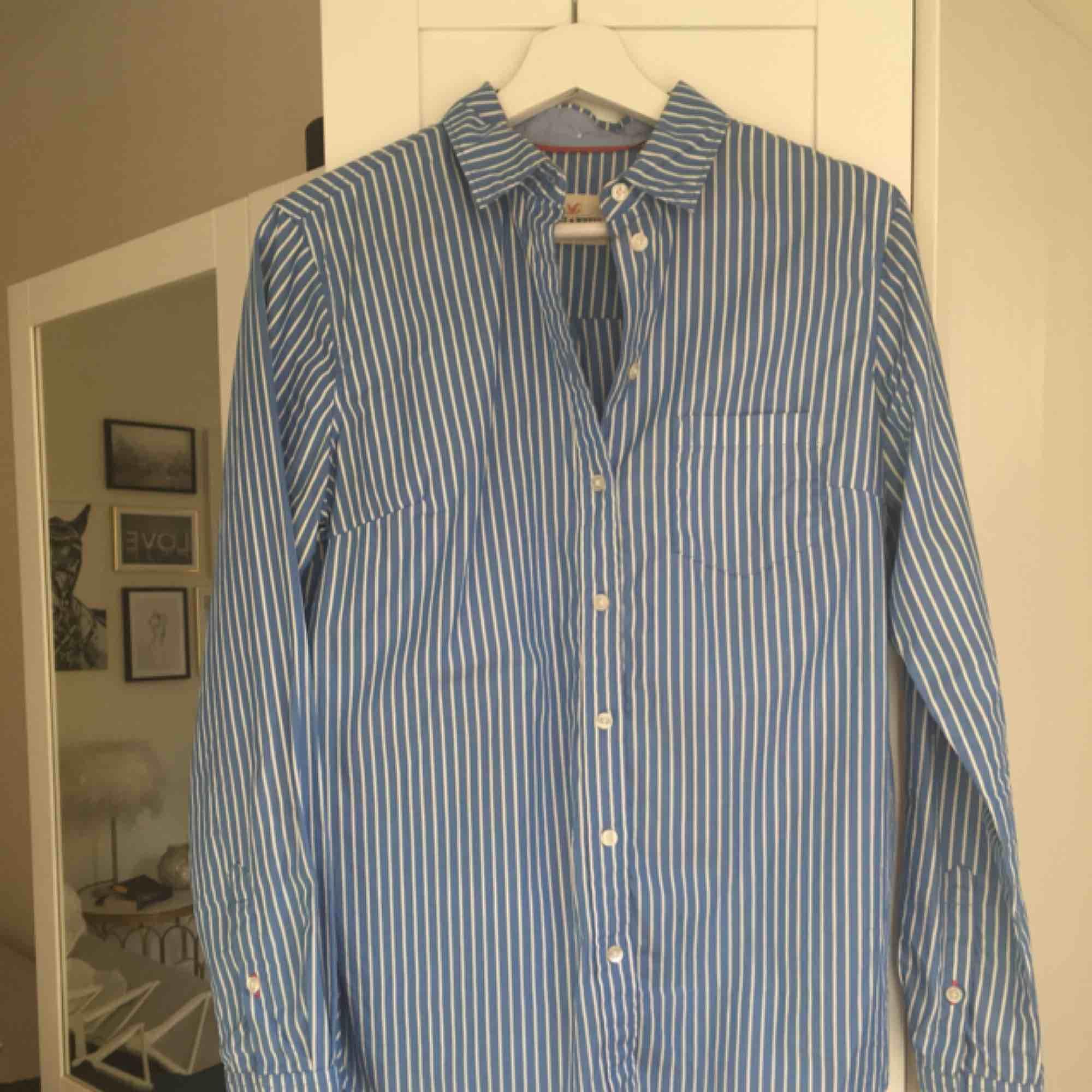 Randig ljusblå/vit skjorta från Holly & Whyte by Lindex. Sparsamt använd. Hämtas i Malmö alternativt står köparen för frakt. . Skjortor.