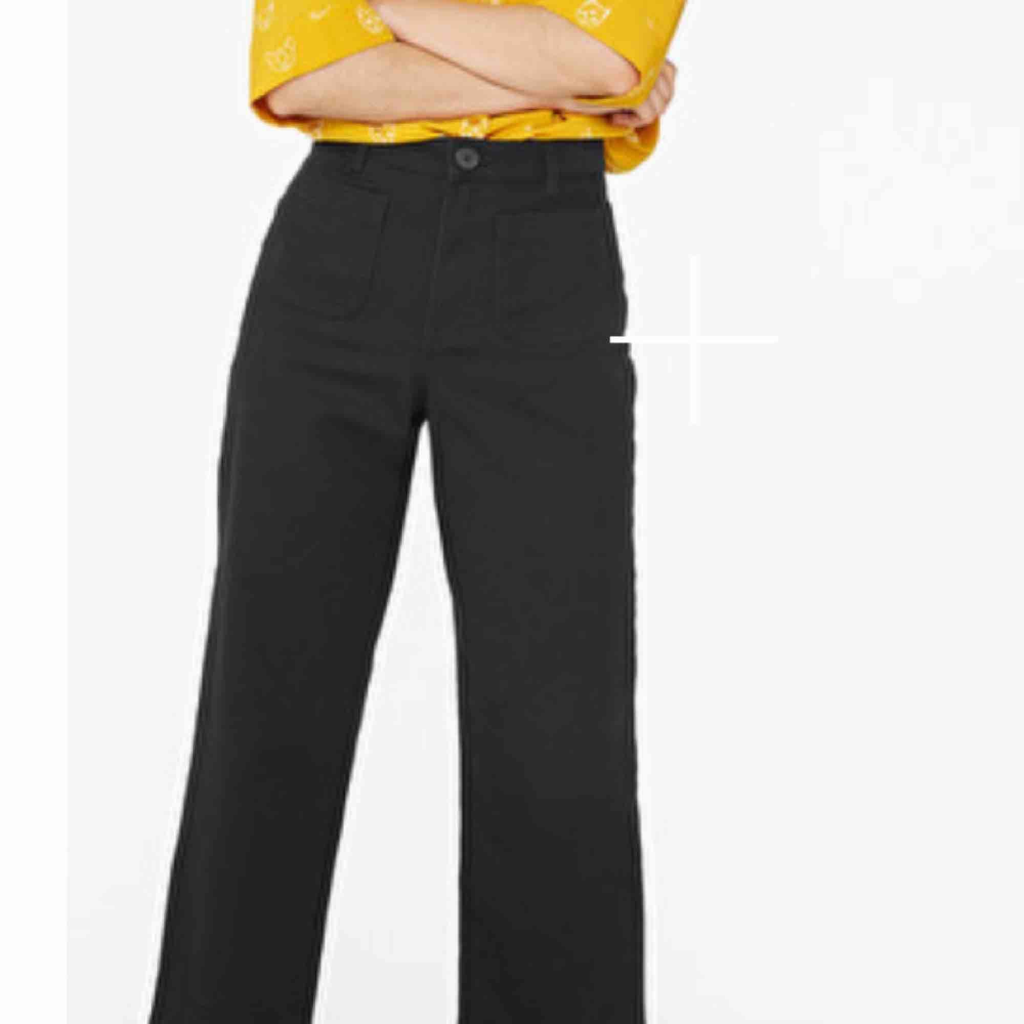 Jättesnygga croppade byxor från monki!! Inte använda så mycket. Tunna och bra till sommaren. . Jeans & Byxor.