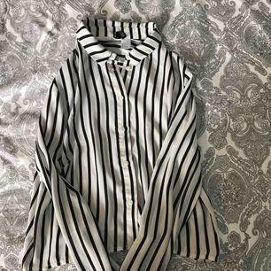 En svartvit randig blus från H&M divided. Sällan använd och i helt nytt skick. Frakt läggs till om inte man träffas i Älmhult
