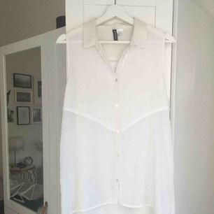 """Vit, """"genomskinlig"""", ärmlös skjortblus öppning i ryggen från H&M. Hämtas i Malmö alternativt står köparen för frakt."""