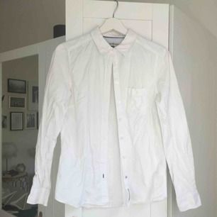 Vit långärmad skjorta från Hampton Republic by Kappahl. Sparsamt använd. Hämtas i Malmö alternativt betalar köparen för frakten.