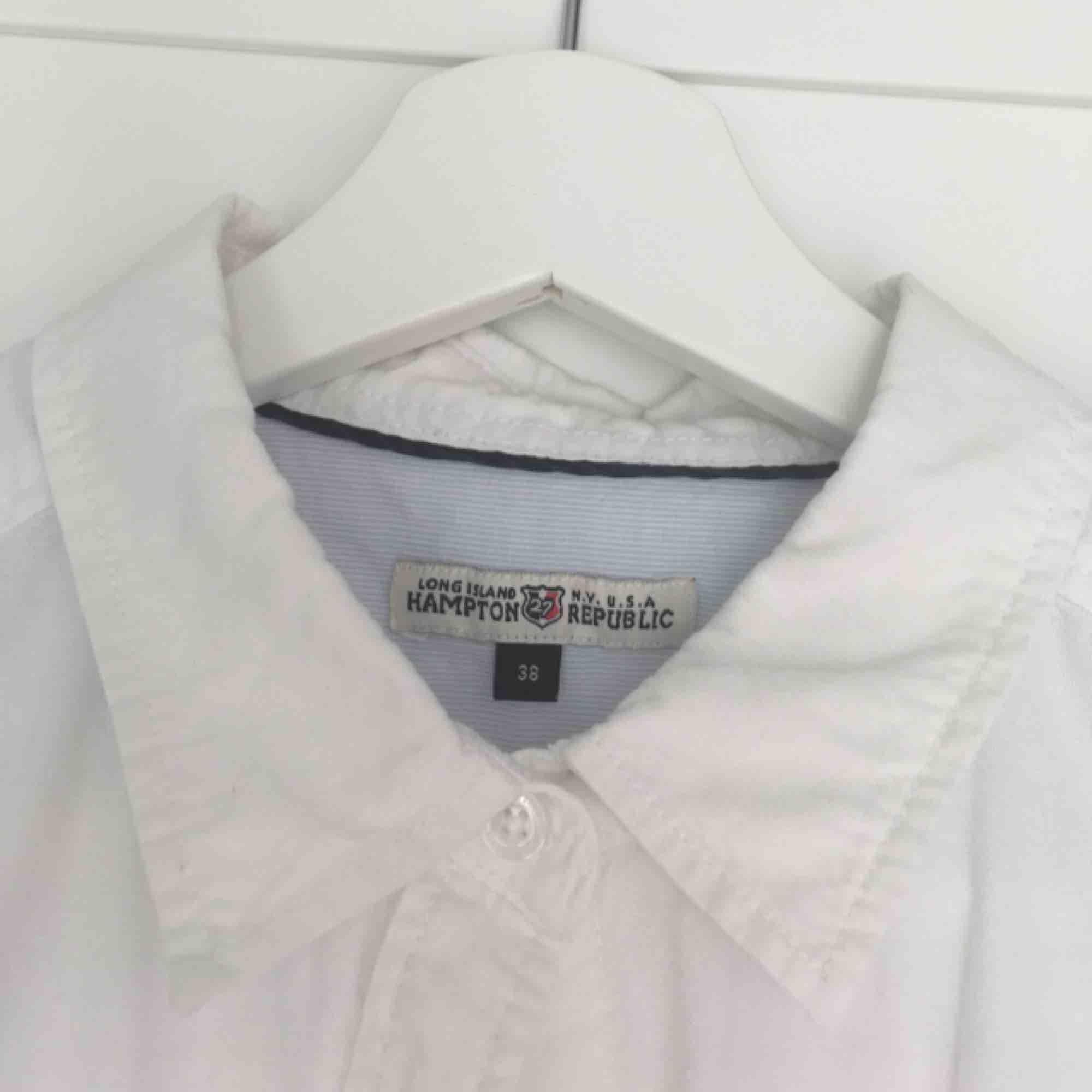 Vit långärmad skjorta från Hampton Republic by Kappahl. Sparsamt använd. Hämtas i Malmö alternativt betalar köparen för frakten.. Skjortor.