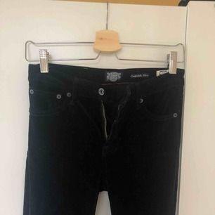 Djupt mörkblå manchesterbyxor i flaremodell. Från Crocker, waist 27 length 33. Supersköna och stretchiga. Passar för de 170 cm och uppåt.