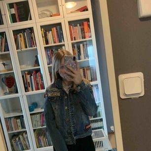 En cool jeans jacka, den har olika typ lappar på sig me text eller som tex stjärnan där fram.