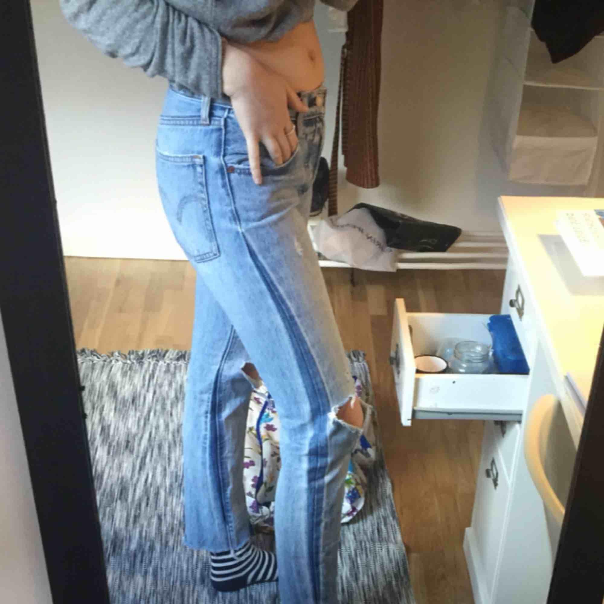 Jättefina Levis jeans som söker ny ägare! Har en lagning i sömmen mellan benen, men det är inget som syns när man har på sig dem. Inköpspris var 1000 kr. Mitt pris inkluderar frakt!⭐️. Jeans & Byxor.