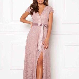 Säljer denna fina balklänning som jag köpt på tradera och använt en gång🤩🌸 skulle passa en S/M. Har sytt upp den ca 1 cm frammi, men kan väldigt lätt tas ned