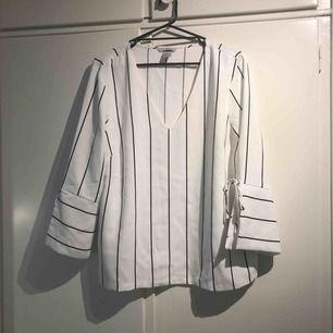 Helt ny blus från H&M.  Knyt i ärmar