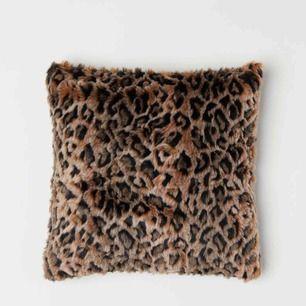 Jättefint kuddfodral i fuskpäls med leopard mönster. Mjukt och skönt material. Svart satintyg på baksidan med en dragkedja. Superfint skick.