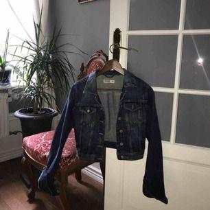 Jeansjacka från Lindex. Superfint skick, säljer pga att jag aldrig använder den.