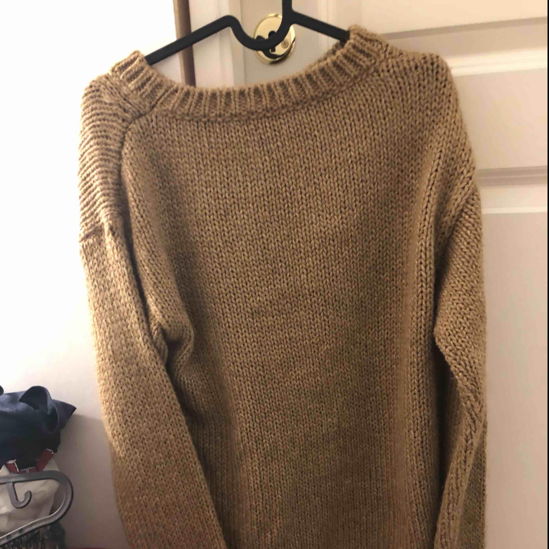 En stickat tröja har ej användt  frakten står köparen för. Stickat.