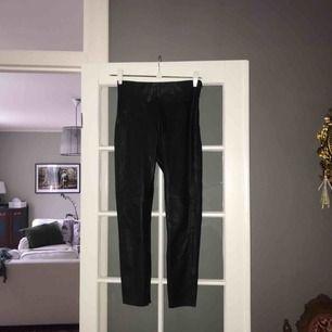 Konstläderbyxa/tights från ZARA. Säljer pga att dom är för korta i benen för mig. Sparsamt använda