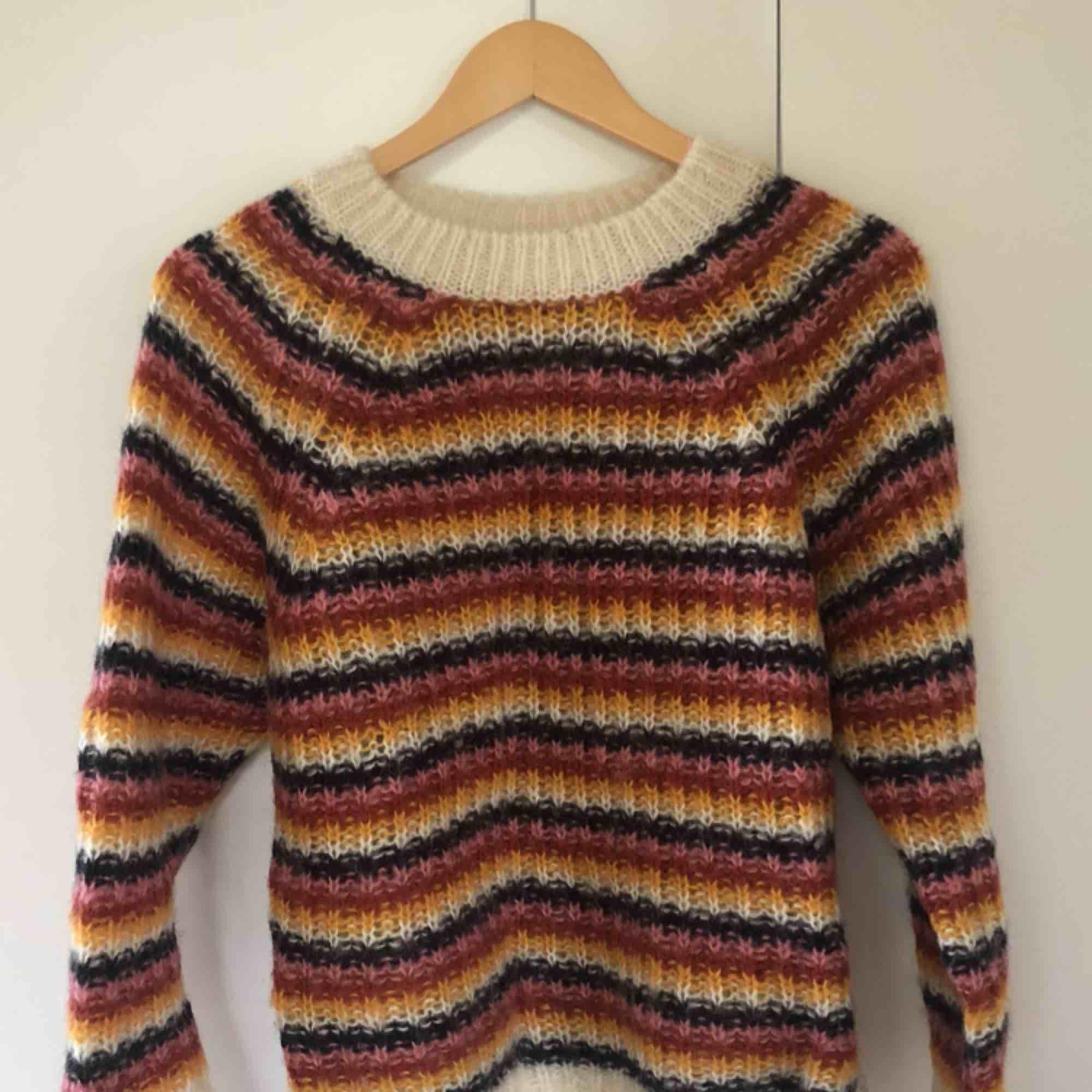 Jättefin stickad tröja från & Other Stories. Nypris runt 800 kr. Storlek XS. Köparen står för frakt. Stickat.
