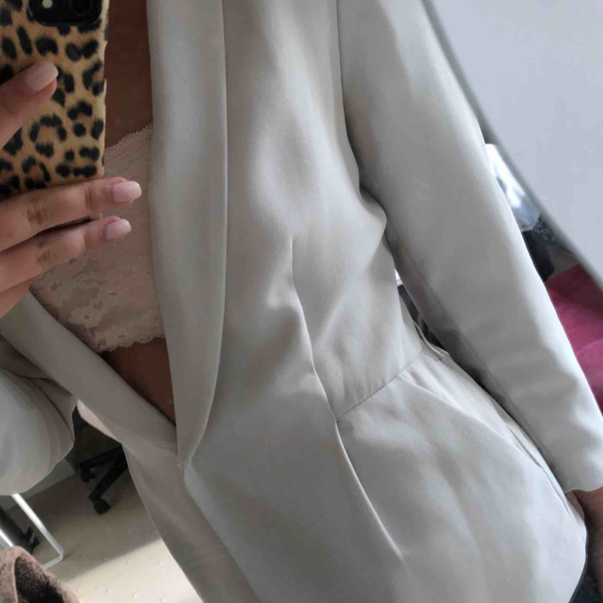 Cremevit kavaj från H&M i storlek 38.  Mycket gott skick! . Kostymer.
