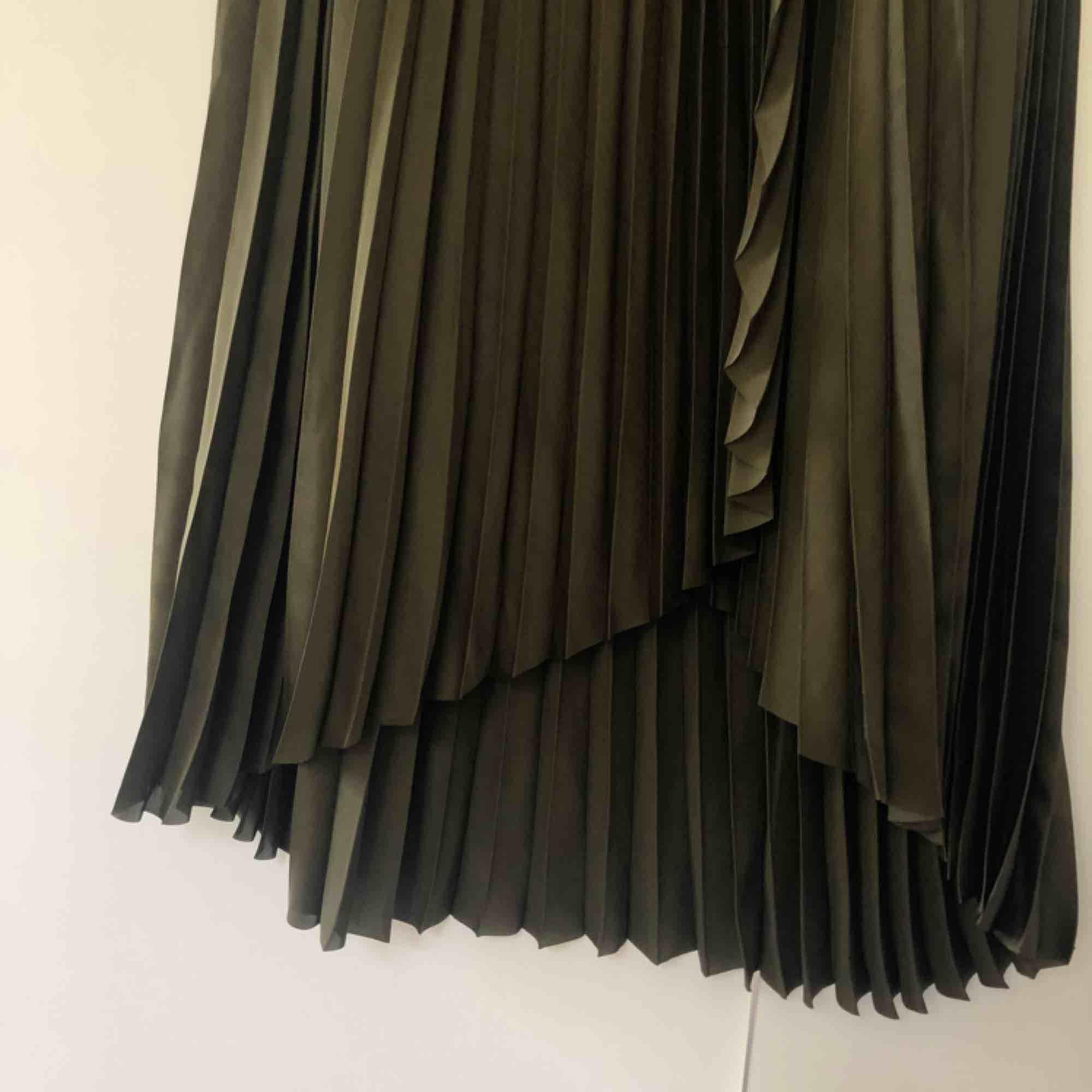 Jättefin plisserad maxikjol från & Other Stories i storlek 34. Endast använd en gång. Är i jättefin mörkgrön färg. Kortare där framme än bak. Nypris runt 1000 kr. Köparen står för frakten . Kjolar.