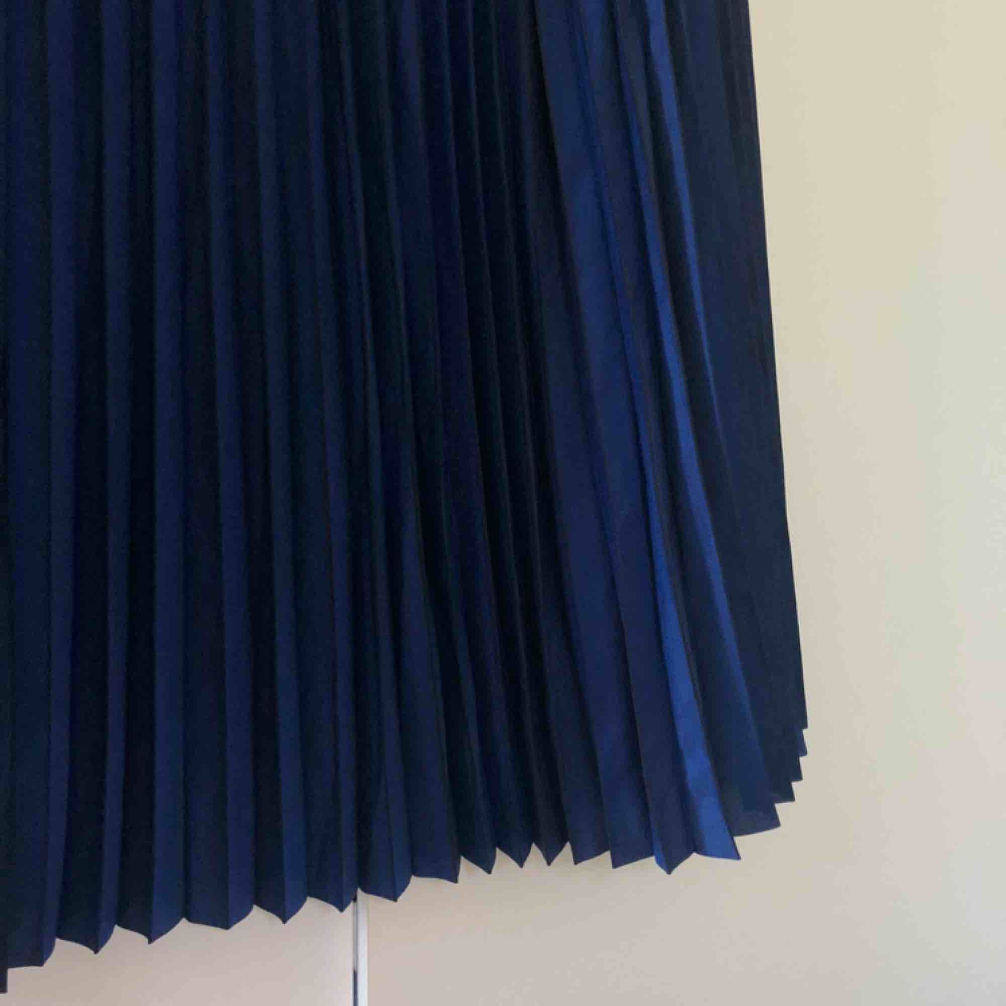 Jättefin koboltblå plisserad maxikjol från Samsøe. Helt oanvänd med prislappen kvar. Nypris är 1299 kr, och är i storlek S. Köparen står för frakt.. Kjolar.