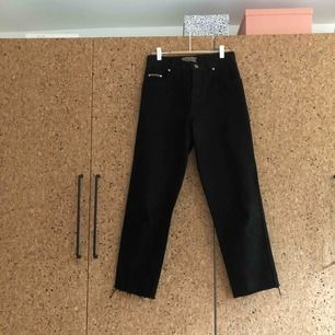 Svarta, högre jeans, köpta på second hand. Svårt att se exakt storlek, plus att de är avklippta. Men har normalt strlk. 27! Jag är 170 cm lång och på mig sitter de ovanför fotknölen. Enda att anmärka på är att sömmen på ena benet är sydd lite konstigt