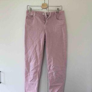 Ljusrosa jeans från Mango i momjeansmodell. Storlek 34, gott skick. Köpare står för frakt.