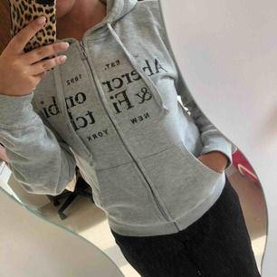 Abercrombie&Fitch (oäkta) hoodie med dragkedja i storlek XS, upplever dock att den är mer som en S i storleken.