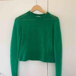 Jättefin grön tunt stickad tröja från & Other Stories. Nypris runt 500 kr. Är transparent, något croppad, i storlek S och i nyskick.