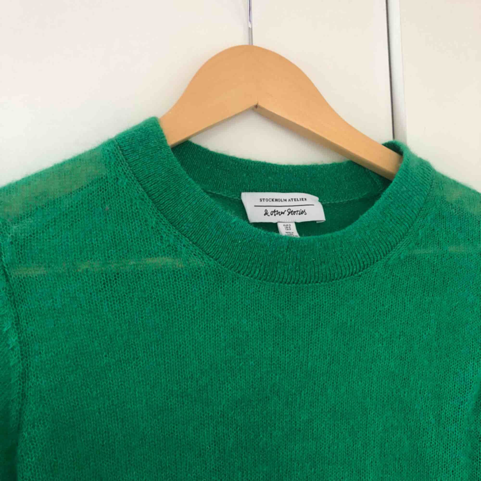 Jättefin grön tunt stickad tröja från & Other Stories. Nypris runt 500 kr. Är transparent, något croppad, i storlek S och i nyskick. . Stickat.