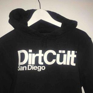 Svart hoodie från DirtCült. Knappt använd. Nypris: 699kr. Köparen står för frakten, betalning med swish💥