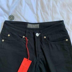 Säljer mina aldrig använda svarta Acne jeans pga dom tyvärr var för små. Dom har 26 i midjan och 32 i längden. Fraktkostnad läggs till, priset kan även diskuteras vid snabb affär.