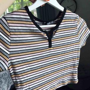 Hej! En fin tröja som aldrig kommer till användning, den är i storlek XS men passar också S eftersom de e väldigt strechig.