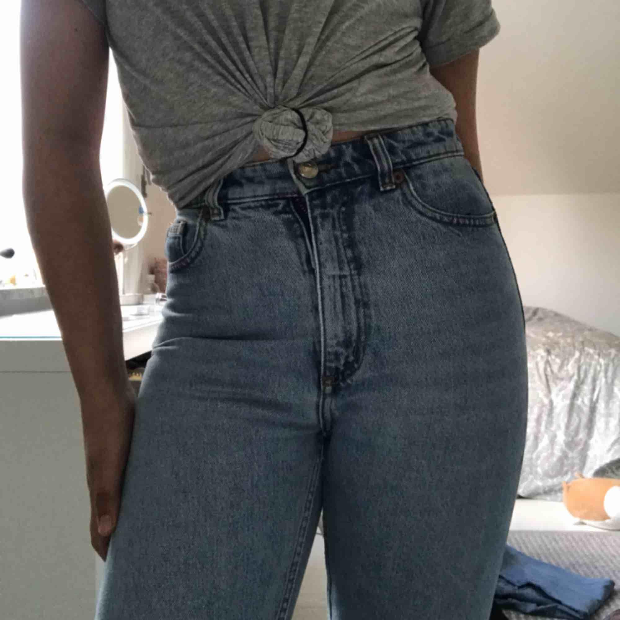 Ett par monki jeans ser helt oanvända och nya ut, helt perfekt skick. Kunden står för frakt. Ord pris 400kr sänkt 200kr Står strl 25 fast jag har strl S och den passar mig ändå.. Jeans & Byxor.