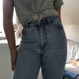 Ett par monki jeans ser helt oanvända och nya ut, helt perfekt skick. Kunden står för frakt. Ord pris 400kr sänkt 100kr. Står strl 25 fast jag har strl S och den passar mig ändå.
