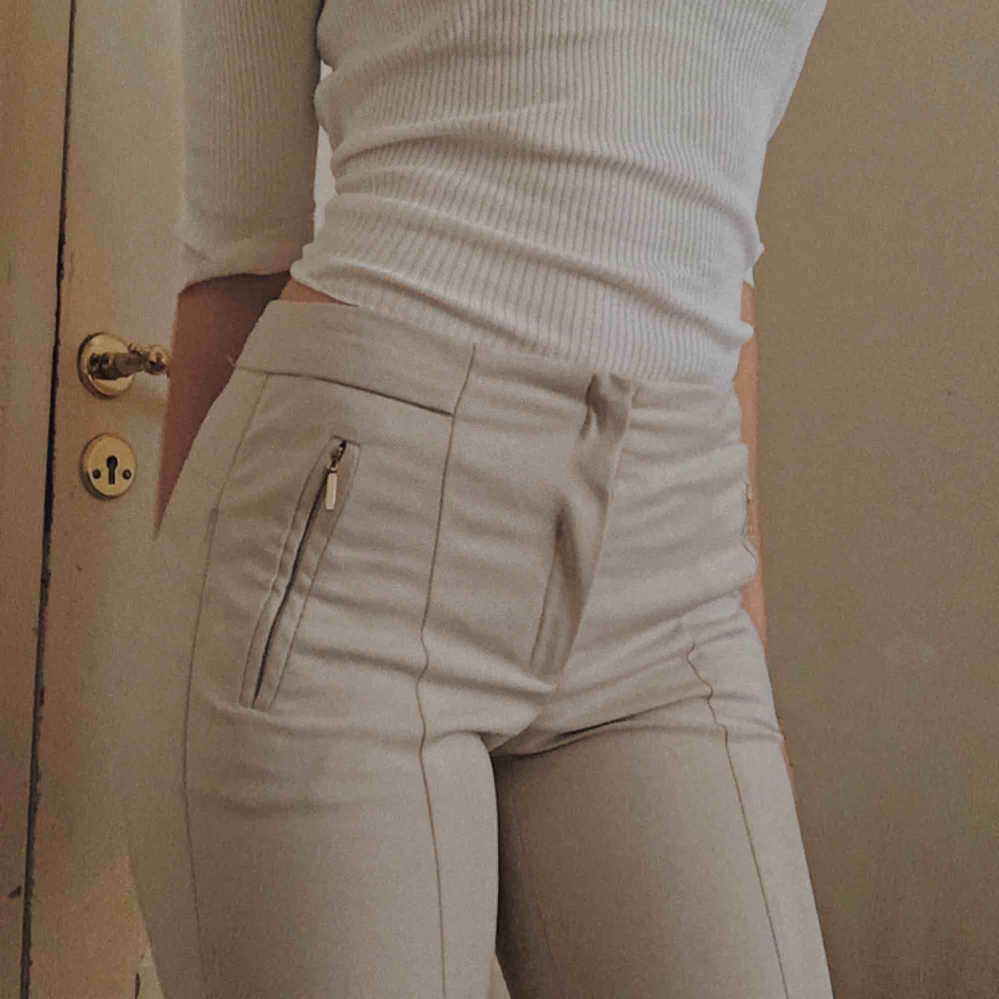 Riktigt chica ljusbeiga brallor från H&M💛 Hör av dig för mer info💛. Jeans & Byxor.