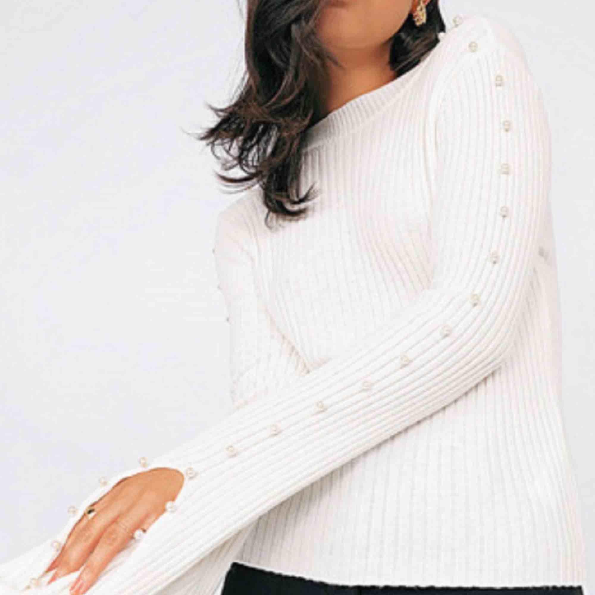 En tröja från chiquelle i storlek M, dock så är den tajt, passar även för dem med storlek S. Tröjan har pärlor på sidorna. Tröjan är gammaldags rosa. Endast använt ett fåtal gånger och den är i bra skick! . Toppar.