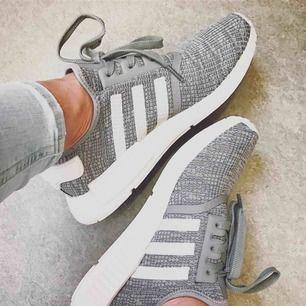 Fri frakt! Sköna, snygga och sparsamt använda Adidas NMD R1 knit. Min bild. Något mörkare än på bilden. Kan skicka mer vid intresse. Nypris 1499:-. Har massa sneakers och tar väl hand om dem.