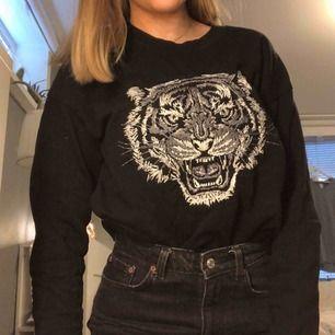 Tiger tröja från mango Jättebra skick använd ca 2ggr. Ny pris 350kr mitt pris 80kr+frakt. Mötas upp är på södermalm
