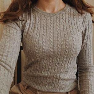 Riktigt fin grå tröja, hur mysig som helst!! Passar perfekt med en vit skjorta under eller till ett par jeans💛 Från Gina tricot💛