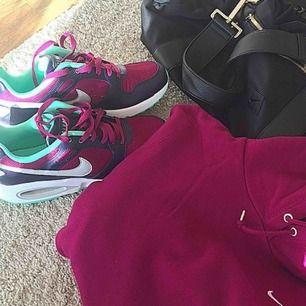 Nike Air Max i storlek 40 (mer som 39,5) och Nike hoodie i storlek S/M. Säljes tillsammans. Använt en, max två gånger.